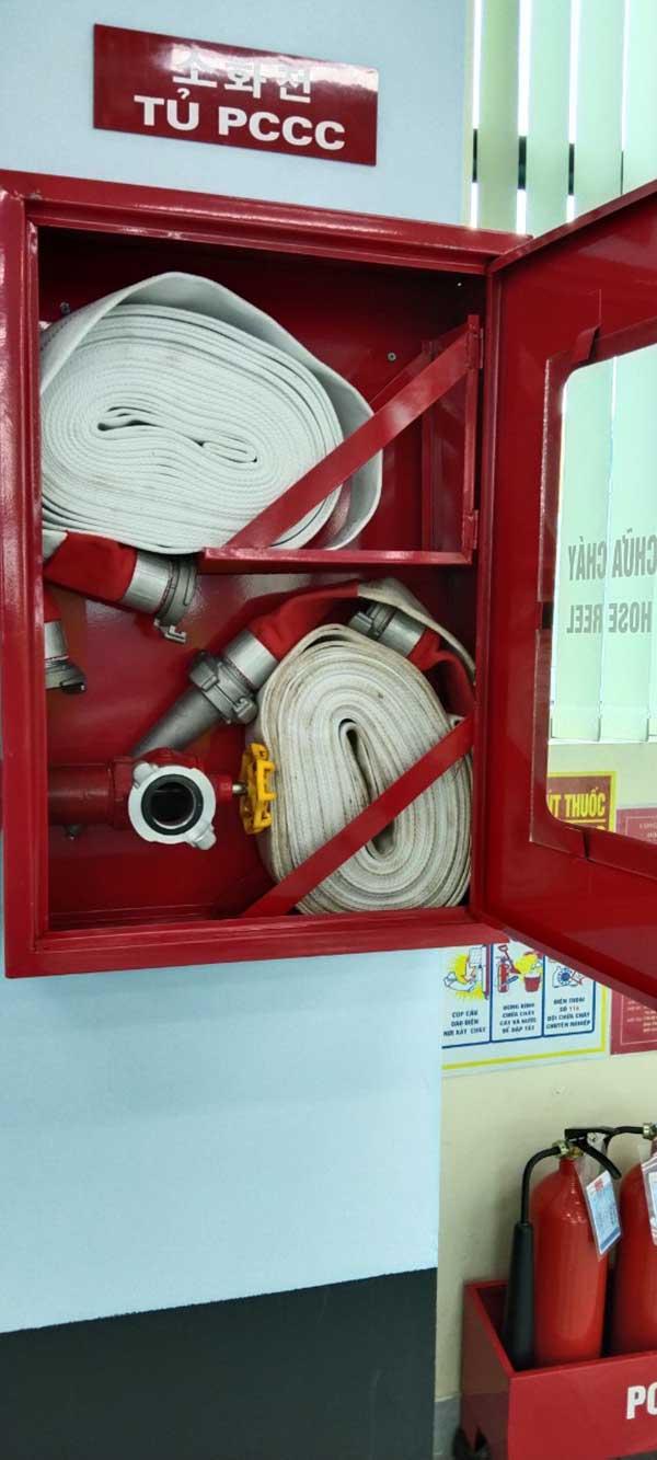 bên trong hộp đựng van vòi chữa cháy